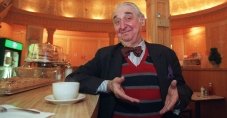 """APN ADVANCE FOR SUNDAY, FEB. 9--Actor Fyvush Finkel poses at the Edison Cafe inside the Edison Hotel in New York's theater district Dec. 23, 1996. Finkel, who got his start as a 9-year-old child actor in the Yiddish theater in New York, is starring in his own Broadway show detailing that story, """"From Second Avenue to Broadway."""" (AP Photo/Kathy Willens)"""